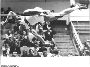 ADN-ZB Mittelstädt 5.3.77 Berlin: DDR-Leichtathletikmeisterschaften in der Dynamo-Sporthalle. Höhepunkt des ersten Tages der Meisterschaften war der Hochsprung der Männer. Hier stellte Rolf Beilschmidt (SC Motor Jena) als Sieger mit 2,25 Metern die von dem Jenaer kürzlich erzielte DDR-Bestleistung ein.
